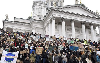 Protestos em frente á Catedral de Helsinque.
