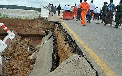 Ponte caída em Naypyidaw, na direção Yangon/Mandalay por conta da inundação da barragem Swar Chaung.