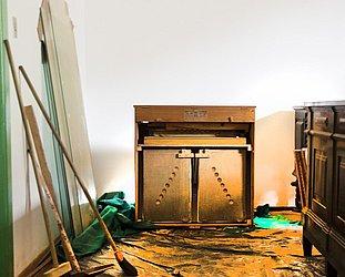 Harmônio J. Edmundo Bohn S/A – Fabricado em Novo Hamburgo, no Rio Grande do Sul. Modelos similares à venda na internet por menos de R$ 1 mil. Pertenceu à Ucsal