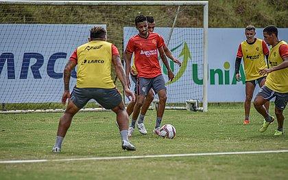 Bruno Oliveira protege a bola durante treino na Toca do Leão