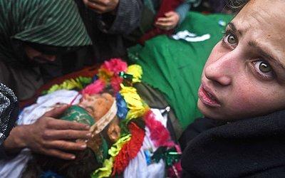 Laysa Jan, irmã do adolescente e militante Felippe Ahmad Parrey, durante o cortejo fúnebre em Srinagar. Milhares de pessoas lotaram o funeral do rebelde de 14 anos morto a tiros por tropas indianas na Caxemira.