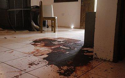 Sangue esparramado na sala já estava seco e escuro. Os móveis continuavam revirados