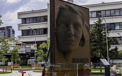 """Monumento intitulado """"Heroínas"""" honra a contribuição e o sacrifício de todas as mulheres albaneses durante a guerra de 1998-1999 no Kosovo, em Pristina."""