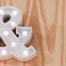 As letras luminosas em LED dão um ar moderno e pessoalidade à decoração do quarto infantil