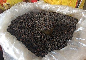 Pimenta-do-reino é vendida em porções nas feiras livres de Salvador. Cerca de 100 gramas custam R$ 1