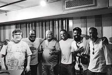 O produtor André Magalhães com Lazzo Matumbi, Gerônimo, Roberto Barreto, Russo Passapusso e o maestro Ubiratan Marques