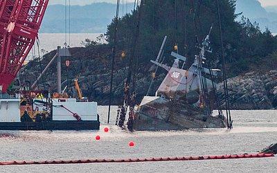 """Operação de salvamento da fragata da marinha norueguesa """"KNM Helge Ingstad"""" em Hjeltefjorden, perto de Bergen, na Noruega. A embarcação afundou após colidir com o tanque de Sola TS na madrugada de 8 de novembro de 2018."""