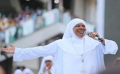 A cantora Margareth Menezes se apresentou na cerimônia vestida de freira: 'fiz com muito carinho', disse