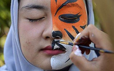 Pintura de rosto para celebrar o dia da terra em Banda Aceh.