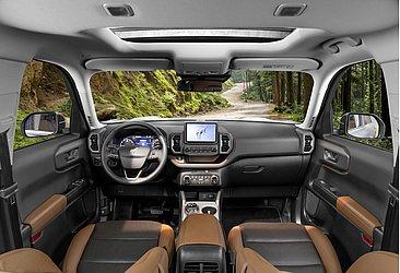 O interior do SUV é bicolor, conta com nove airbags, banco do motorista elétrico e teto solar