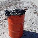 Óleo em tonel ficou por dias na praia de Canavieiras até ser levado para depósito
