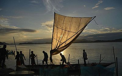 Pescadores indianos em um mercado às margens do Rio Brahmaputra em Ujanbazar Ghat em Guwahati, na Índia.