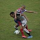 Nino Paraíba briga pela bola em Pituaçu