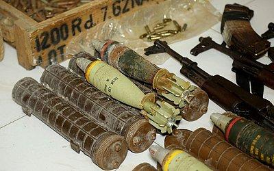 """Armas e munições apreendidas pelas forças armadas de Comores em """"Medina"""" são exibidas no escritório do promotor em Mutsamudu, em Anjouan, Comores. Houve um cerco de seis dias quando soldados lutaram com rebeldes por ruas estreitas."""
