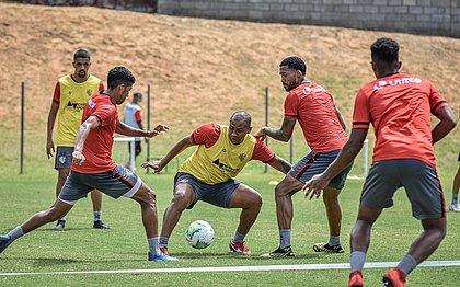Walter protege a bola durante treino na Toca do Leão