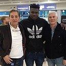 Jordy Caicedo (centro) posa para foto no aeroporto de Quito ao lado de seu representante Nelson Moraes (esquerda) e do ex-jogador Alberto Lavié