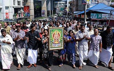 Manifestantes carregam uma foto da divindade Hindu Ayyappa em apoio às duas  mulheres que entraram no templo Sabarimala em Kochi no estado de Kerala, rompendo um bloqueio que não permite a entrada de mulheres entre 10 e 50 anos