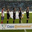 Jogadores de Bahia e Grêmio e equipe de arbitragem no jogo de ida, em Porto Alegre