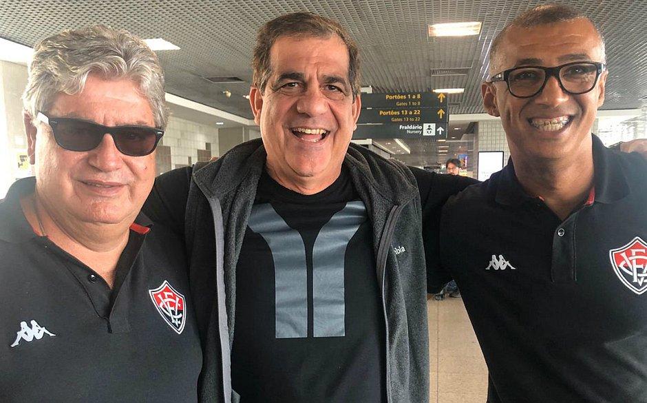 Durval Lelys posa ao lado do técnico Geninho e do preparador físico Ednilson Sena