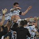 Messi é levantado pela equipe após o título da Argentina