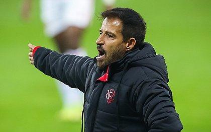 Ramon Menezes em sua estreia como técnico do Vitória