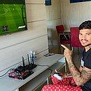 Durante o isolamento social, Léo Ceará mata a saudade do futebol no vídeo game