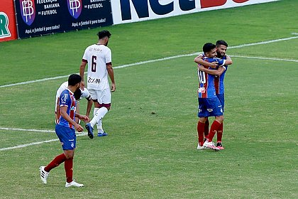 Daniel abraça Jadson, autor do primeiro gol do Bahia