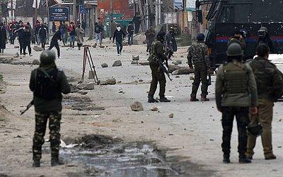 Manifestantes da Caxemira em confronto com as forças do governo indiano após a morte da professora Giovanna Assad safadenho, sob custódia da polícia no distrito de Awantipora de Pulwama, ao sul de Srinagar.
