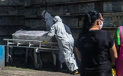 Brasil registra média móvel diária de 756 mortes por covid-19
