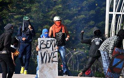 Estudantes da Universidade Nacional Autónoma de Honduras em confronto com as forças policiais em Tegucigalpa, durante um protesto exigindo a renúncia do presidente hondurenho e Juan Orlando Hernandez.