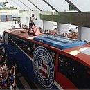 Fernandão sobe no ônibus do Bahia no aeroporto para falar com os torcedores