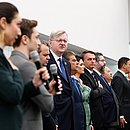 Nestor Forster (ao centro, de óculos e gravata azul), acompanha o presidente Jair Bolsonaro durante evento em Miami, no dia 9 de março
