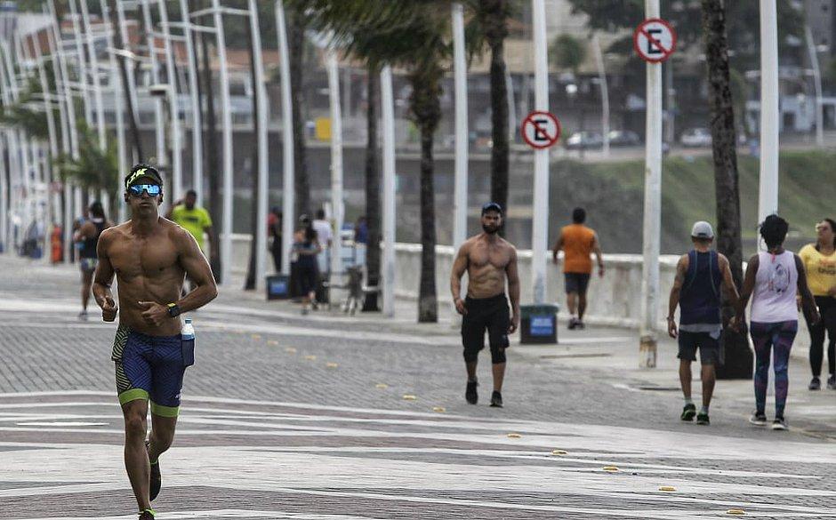 Com academias fechadas, é seguro se exercitar ao ar livre? Médica responde