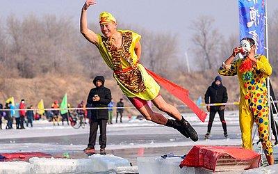 Natação à fantasia no lago parcialmente congelado de Shenyang, no nordeste da província de Liaoning de China a uma temperatura de menos 21 graus Celsius.