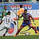 Zé Rafael em lance com Juninho em um Ba-Vi neste ano