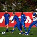 Contra o Grêmio, Roger Machado terá os reforços de Guerra e Juninho
