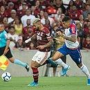 Gabigol sendo marcado por Juninho na partida entre Flamengo e Bahia no Maracanã