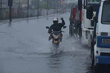 Dia 10 de maio de 2015, o 9º mais chuvoso, alaga Avenida Suburbana