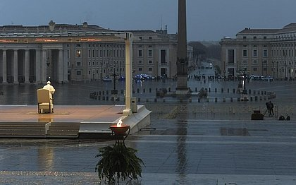 O Papa rezou a missa com o cenário inédito da Praça São Pedro vazia