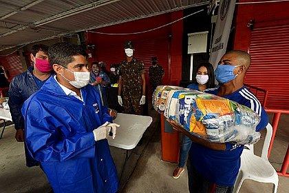 Moradores carentes de Salvador começam a receber 22 mil cestas básicas
