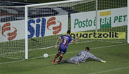 Gilberto passou por Everson para marcar o segundo gol tricolor contra o Atlético-MG