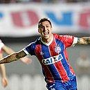 Vinícius marca os dois gols do triunfo do Bahia sobre o Paraná