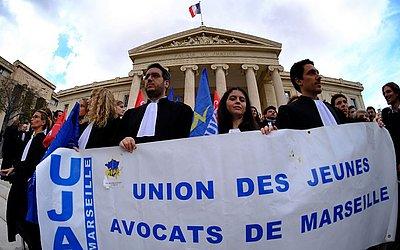 Advogados se manifestam contra o último plano de reforma da justiça, em frente o Tribunal de Marselha, no sul da França.
