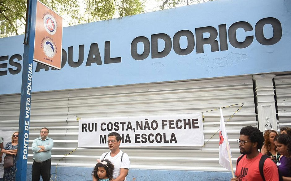 Estudantes fazem manifestação na porta do Odorico Tavares