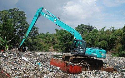 Uma escavadeira remove resíduos plásticos do Rio Citarum em Bandung, província de Java Ocidental.