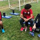 Chiquinho, Felipe Gedoz e Martín Rodriguez conversam durante treino no CT do Avaí