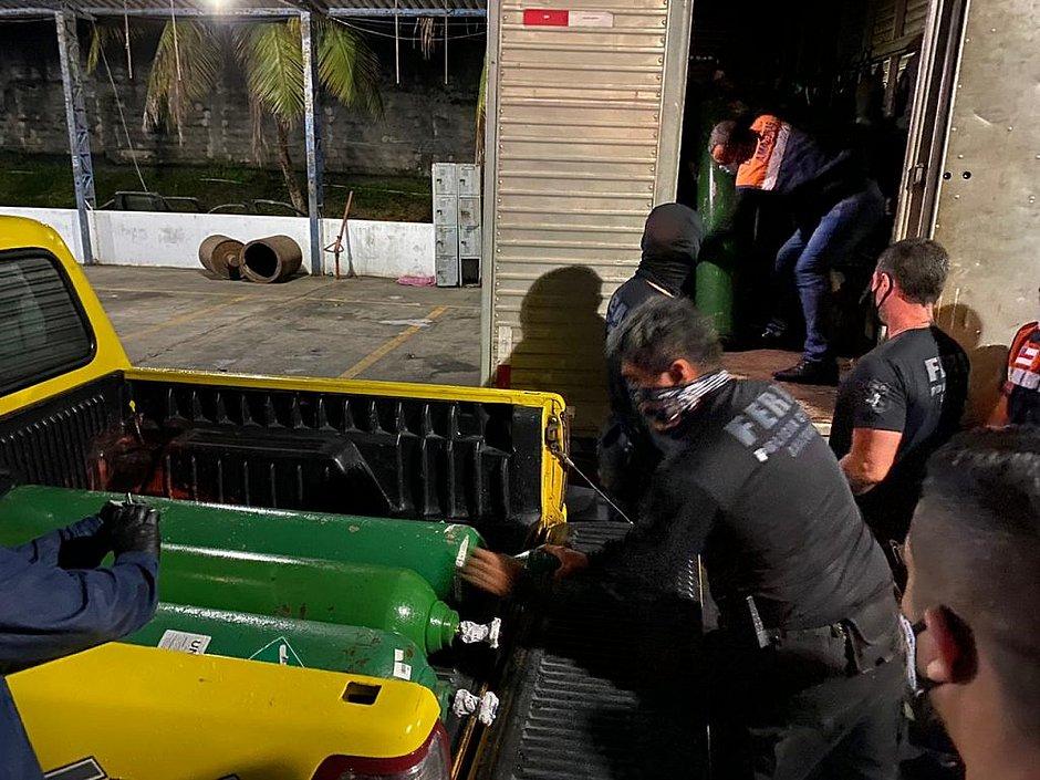 Manaus: polícia encontra 33 cilindros de oxigênio escondidos em caminhão