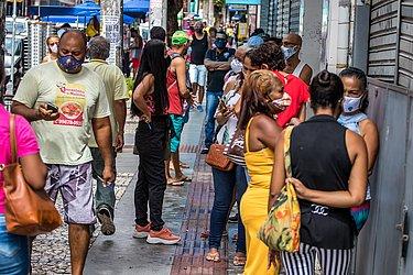 Antes mesmo do horário de abertura do comércio, clientes já faziam filas nas portas das lojas.