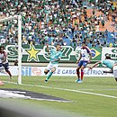 Rafael Moura faz o primeiro gol do Goiás contra o Bahia