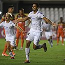 Lucas Veríssimo comemora após marcar o gol do Santos
